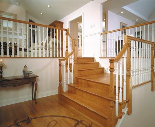 Cửa nhà hướng xuống cầu thang sẽ làm hao tiền của